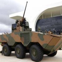 O veículo tem motor diesel eletrônico, tração 6x6 e capacidade anfíbia.  pode-se observar a torreta da Elbit Systems o canhão de 30 mm Mauser- Foto Governo MG