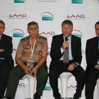 Da esquerda para a direita. Ing Pietro Borgo (Iveco Defense), Gen Cristino (gerente do Projeto Guarani) Sr Mazzu (Iveco) e Giovanni D'Ambrosio (Diretor de Engenharia da IVECO)    - Foto - Defesanet