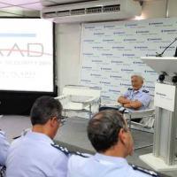 Orlando José Ferreira Neto (direita), Vice-Presidente Comercial da Embraer Defesa e Segurança, durante conferência de imprensa que anunciou a assinatura do contrato de modernização de 11 caças F-5 adicionais para a Força Aérea Brasileira, dia 14 de abril, na LAAD 2011