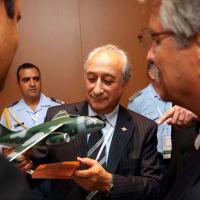 Arturo Puricelli, Ministro da Defesa da Argentina, recebe modelo do jato KC-390, das mão de Carlos Aguiar, Presidente da EMBRAER Defesa e Segurança e Palo Gastão Gerente do Projeto.