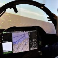 Convidados da Boeing voando o simulador do Super Hornet, já equipado com uma versão de desenvolvimento dos novos displays multifunção sensíveis ao toque e reconfiguráveis  ao gosto do piloto. Foto - Roberto Caiafa