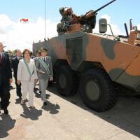 Ministro da Defesa Nelson Jobim, Presidente Dilma e Comandante do Exército Gen Enzo Peri tendo ao fundo  a VBTP-MR Guarani      Foto - Planalto