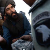 Afegão conversa com tradutor do Exército americano em 11/10/2010; dificuldade de comunicação faz EUA serem vistos como ocupantes no Afeganistão, diz agente - Foto: Getty Imagens