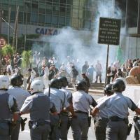 Policiais militares entram em confronto com manifestantes que protestavam contra a Alca (Área de Livre Comércio das Américas) na Avenida Paulista em 20/04/2001 - Foto: AP