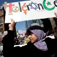 Durante marcha antiguerra e contra a islamofobia em Nova York em 9/4/2011, manifestante muçulmana-americana carrega cartaz em que se lê 'Tolerância - Viva por isso'