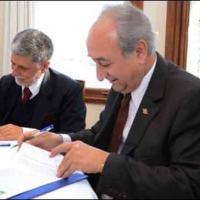 Os ministros de Defesa da República Argentina, Arturo Puricelli, e da República Federativa do Brasil, Celso Amorim, firmam a declaração Conjunta em Buenos Aires,05 Setembro 2011. Foto MinDef