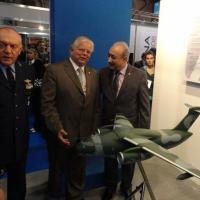 Ministro da Defesa da Argentina Arturo Puricelli e o Dr Murilo Marques Barboza, Secretário de Produtos de Defesa, do Ministério da Defesa do Brasil no stand da FAdeA. Foto  DefesaNet