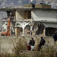 Máquinas trabalham na demolição da casa onde Bin Laden foi capturado em Abbottabad (26/2) - Foto: AP