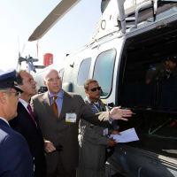 O presidente da Helibras, Eduardo Marson recepcion a o ministro da Defesa do Chile, Andrés Allamand, e mostra o EC725 da FAB. Foto - Defensa