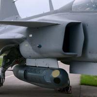 Litening  Pod de Navegação e Mira Aérea instalado em um caça SAAB Gripen