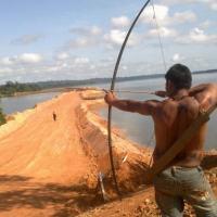Índio protesta com arco em Belo Monte (Foto: Glaydson Castro / TV Liberal)