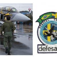 O enviado especial de DefesaNet caminha em direção do Gripen 822 da Flyvapnet (Força Aérea da Suécia), na chuvosa manhã de Linkoping, Suécia. Foto - DefesaNet