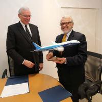 Al Bryant – Vice-presidente do Centro de Pesquisa e Tecnologia da Boeing no Brasil, Prof. Adnei Melges de Andrade – VRERI. Foto: Marcos Santos/USP Imagens