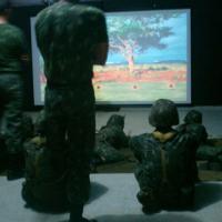 Simulador de tiro com capacidade de treinar até 4 atiradores simultaneamente dotado de cenários gráficos em 3D e uso de inteligência artificial. Foto - EBTS