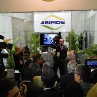O VP Temer e o Ministro da Defesa Celso Amorim começaram a visita à LAAD pela ABIMDE - Foto DefesaNet