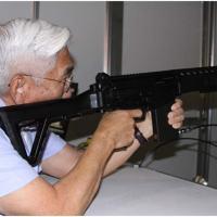 Brigadeiro Saito, Comandante da FAB, testa o  o primeiro sistema de recuo para o fuzil IMBEL IA2, sendo este sistema o único disponível no mundo e é a confirmação da EBTS como uma solução 100% brasileira inovando em produtos de simulação com qualidade. Foto - EBTS