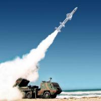 Imagem do lançamento de um míssil tático AV-TM300 em uma plataforma atual do ASTROS. Arte - AVIBRAS