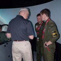 """O piloto Björn Danielsson e seu colega sueco visitam o condecorado Ted """"Mongoose"""" Herman no estande da Boeing. Foto Wayne Lima"""