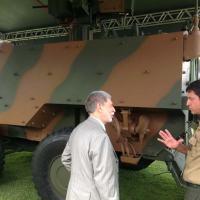 Ministro Amorim ouve a explicação do Coronel Carrião sobre a diferença de unidades Mecanizadas e Motorizadas. Ao fundo o Blindado Guarani Foto - DefesaNet