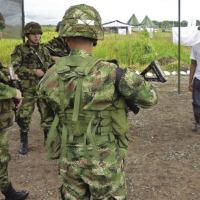 """Soldados colombianos demonstram um cenário de treinamento projetado para exercitar habilidades de tomada de decisões éticas e morais. O exercício é parte do programa """"Fe en La Causa"""", em Tolemaida, o maior posto de treinamento do Exército colombiano. A demonstração ocorreu em julho de 2011, durante uma visita do subsecretário do Exército dos EUA, Joseph W. Westphal. [COL. JANE E. CRICHTON/U.S. ARMY]"""