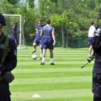 Seleção americana treina observada por Forças de Segurança coreana, Copa do Mundo em 2002.