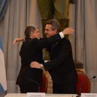 Ministros Amorim e Rossi cumprimentam-se após a assinatura da Declaração de Buenos Aires. Foto Casa Rosada