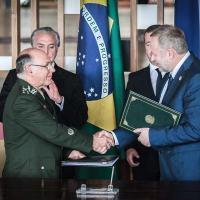 Fevereiro 2013 - Medvedev visita o Brasil Gen De Nardi e Fomin assinam protocolo. Foto - Cristiano Costa / DefesaNet