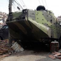 Foto histórica de um Carro Lagarta Anfíbio (CLAnf) rompendo barreiras criadas pelas gangues. Foto - Web