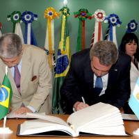 Ministro Rossi e Amorim assinam o Comunicado Conjunto. Foto - MD