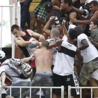 Torcedores de Atlético-PR e Vasco entram em conflito na Arena Joinville Foto: Albari Rosa/Agencia de Noticias Gazeta do Povo