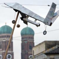 Drone de papel é usado em protesto durante conferência de segurança em Munique, Alemanha Foto: PETER KNEFFEL / GERMANY OUT / DPA