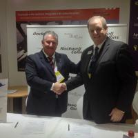 Alan Prowse, vice-presidente e diretor administrativo da Rockwell Collins para as Américas e o representante da Avionics Services ap[os a assinatura do MOA. Foto DefesaNet