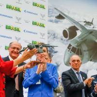 Presidente Dilma recebe maquete do KC-390 das mão da responsável pela Planta da EMBRAER de Gavião Peixoto. Foto - Planalto