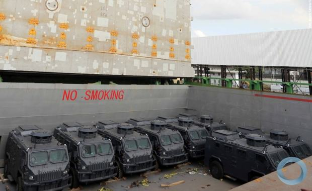 Maverick, a força sul-africana desembarca no Rio Veículos táticos blindados para transporte de tropas em operações desembarcaram no Porto do Rio de Janeiro, os blindados vão ajudar a reforçar segurança durante a Copa.