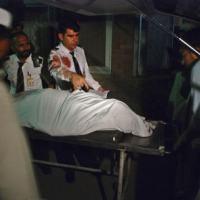 Uma passageira morreu, e dois membros da tripulação ficaram feridos, quando homens armados não identificados abriram fogo em um aeronave da Pakistan International Airlines (PIA), em Peshawar, no noroeste do Paquistão.