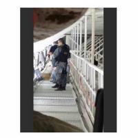Imagem feita por atirador foi enviada a superiores; ela consta em relatório do caso. PM fotografado levava arma na cintura e não segurava o objeto no momento em que foi fotografado.