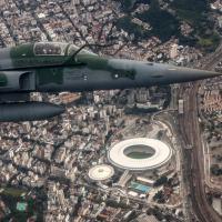 Caça F-5 sobrevoa o complexo esportivo do Maracanã. Foto - FAB