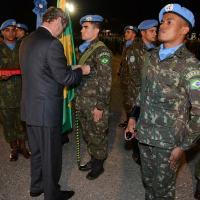 Militares do Contingente Brasileiro no Haiti recebem a Medalha da ONU. Na foto o Vice-Representante Especial do Secretário Geral de Coordenação Humanitária da ONU, Senhor Peter de Clercq. Foto BRABAT 20