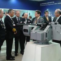 O Diretor de Marketing da ARES Ricardo Azevedo recepciona o comandante da Marinha Alm Esq Moura Neto e delegação. Em primeiro plano o CORCED . Foto - ARES