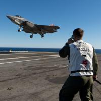 O F-35C aproxima-se para pouso enganchado, em 05NOV14, no CVN 68 USS Nimitz Foto - US Navy