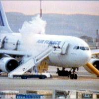 Grupos do GIGN invadem o Airbus A300 da Air France, no aeroporto de Marignane