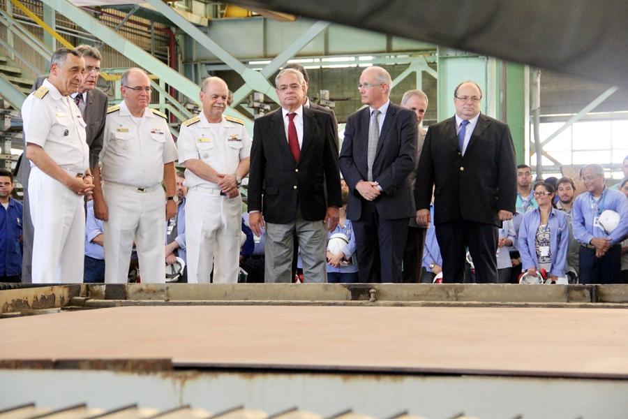 586608bdd0df5 Comando da Marinha e Diretorias da NUCLEP e ICN acompanham o corte da  primeira chapa. Foto: Natália Candido/NUCLEP