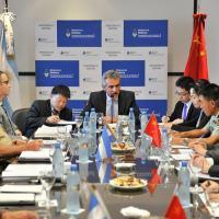 Argentina fecha acordos de defesa com a China e afasta Brasil. Primeiro alvo foi o blindado Guarani . Na foto o ministro da Defesa em reunião com delegação chinesa Foto - Casa Rosada