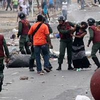 Forças da GNB atacam manifestantes em 2014.