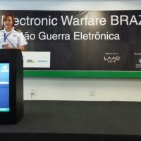 A presidente do Wild Parrots Roost Chapter, da AOC CF/EN Carla Martins palestrando no Electronic Warfare Brazil  Foto - AOC