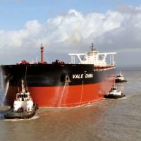 Um VALEMAX descarregado. Quando recebe a carga de 400.000 t de minério de ferro a linha de flutuação cobre toda a faixa vermelha.