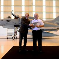 O Presidente da Embraer Defesa & Segurança, JacksonSchneider, entrega maquete do primeiro AF-1B modernizado aoComandante da Marinha, Almirante-de-Esquadra Eduardo Bacellar Leal Ferreira Foto - EMBRAER