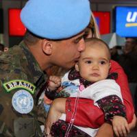 Soldado da FAB reenconra a família após seis meses de missão no Haiti Foto FAB