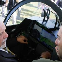Ministro no cockpit do Gripen NG. Observa o painel WAD em desenvolvimento pela AEL Sistemas.. Foto Exclusiva Joel Rodrigues DefesaNet