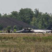 piloto, Maj. Sandor Kadar, tentou um pouso forçado na Base Aérea de Kecskemet, e se ejetou quando perdeu o controle da aeronave no solo / Foto: AFP